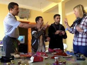 Karim hjälper till i prutningen i saffransland